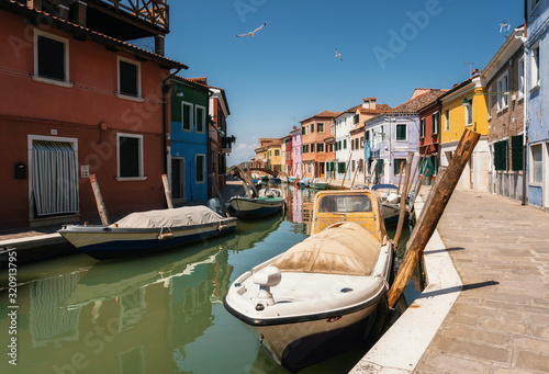 Fotografía Colorful houses in Burano along canal and boats, Venice, Italy