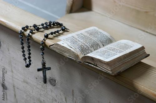 Foto Rosenkranz und Gebetbuch auf einer Kirchenbank der Kapelle St