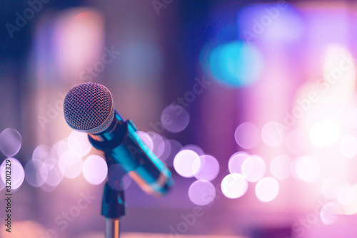 Photo Close up of high fidelity microphone setting on stand with colorful abstract light bokeh background in conference seminar hall