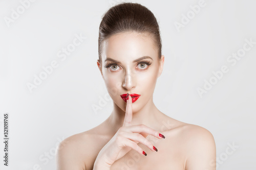 Photo Secret shh Woman wide eyed asking for silence secrecy with finger on lips hush h