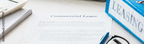 Cuadros en Lienzo panoramic shot of folder near document with commercial lease lettering on desk