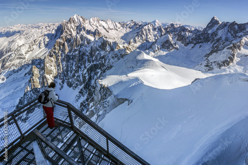 Photo Panoramic winter scene of the Vallee Blanche from the highest peak of Aiguilles