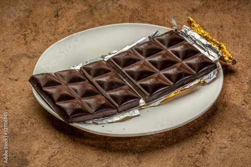 Valokuva unwrapped and broken chocolate bar
