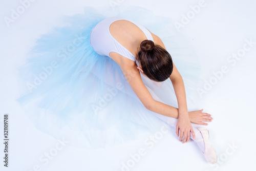 bailarina de ballet con  tutu blanco aislada con fondo blanco Wallpaper Mural