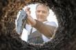 canvas print picture - Gärtner gräbt mit einem Spaten ein Loch zum Anpflanzen von Pflanzen