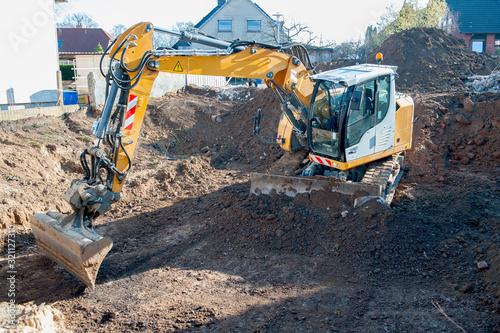 Billede på lærred Hausbau, Ausheben einer Baugrube mit Bagger