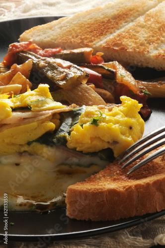 Frittata con ripieno di formaggio taleggio e pere ft0202_3551 Omelette with Taleggio cheese and pear filling