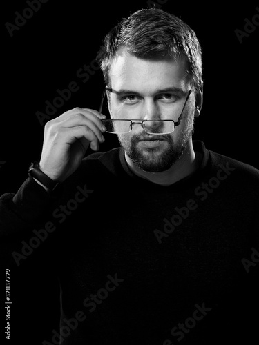 Valokuva Black and white portrait of an interested man with glasses