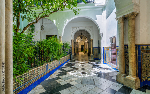 Fotografiet Colorful and elegant moorish cloister in Seville