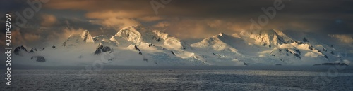 Valokuva panorama of sunset in Antarctic mountains