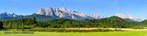 Obraz Ausblick über den idyllischen Barmsee zur Zugspitze - fototapety do salonu
