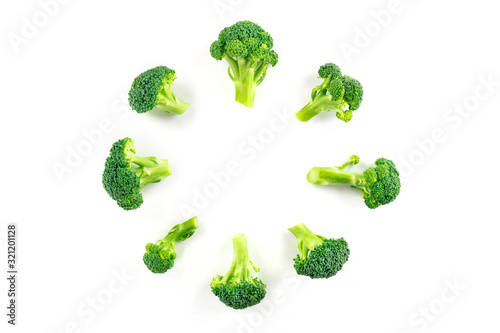 Photo Broccoli florets, shot from the top on a white background, forming a circular fr