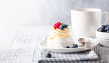 Delicious Pavlova Cake With Wh...