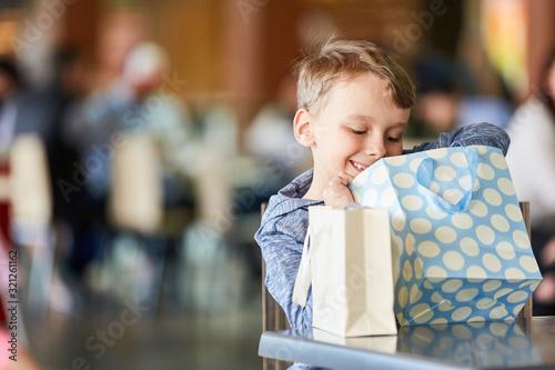 Fotomural Boy looks in a grocery bag