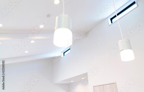 新築住宅のリビングルーム 片割れ屋根の天井 Fototapet