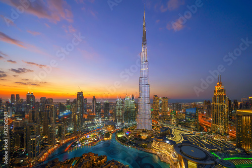 Foto Aerial view of Burj Khalifa in Dubai Downtown skyline and fountain, United Arab Emirates or UAE