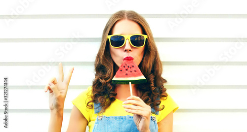 Foto Portrait young woman eating ice cream shaped watermelon over white background