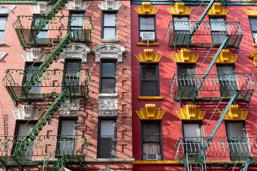 Kolorowe stare budynki w Chinatown w Nowym Jorku z ucieczki ognia