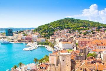 Split, Hrvatska. Pogled na grad Split i brdo Marjan, topli ljetni sunčani dan.