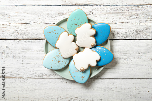 Fotografia Easter cookies on a plate on a wooden background