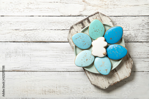Carta da parati Easter cookies on a plate on a wooden background