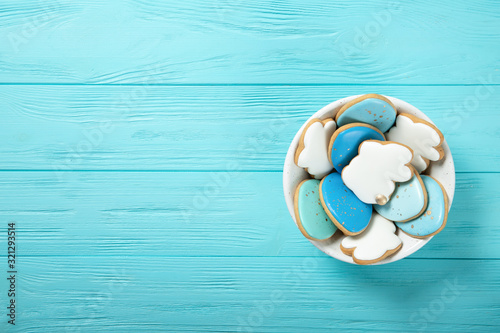 Fotografia Easter cookies in a plate on a blue background