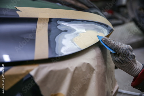 Cuadros en Lienzo local repairing car body with putty close up