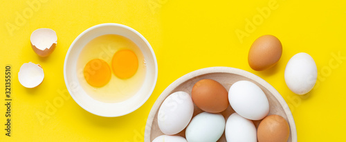Photo Fresh eggs on yellow background.