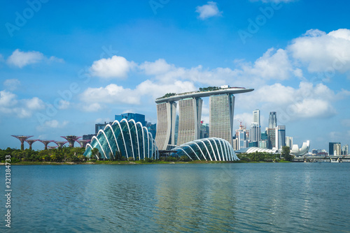 Photo singapore - February 3, 2020: skyline of singapore at the marina bay with iconic building such as supertree, marina bay sands, artscience museum
