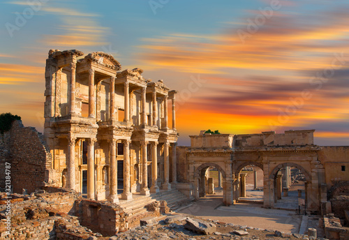 Photo Celsus Library at sunset in Ephesus ancient city -Selcuk,  Turkey