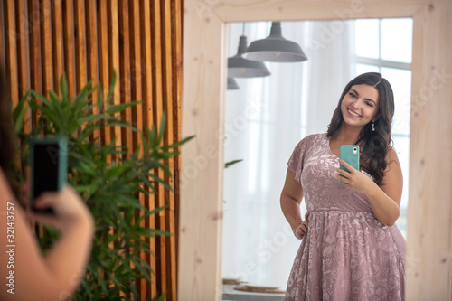 Fotomural Young plus-size woman making selfie and feeling wonderful