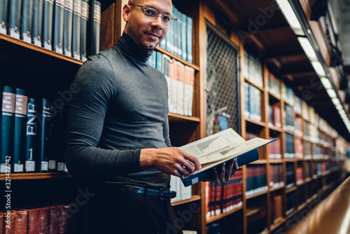 Photo Half length portrait of intellectual professor of history in bifocal eyewear loo