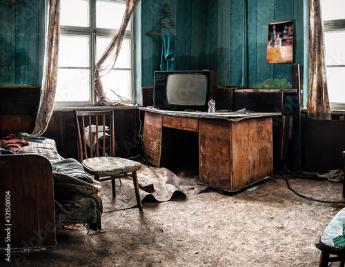 Obraz old tv and different garbage in abandoned room - fototapety do salonu