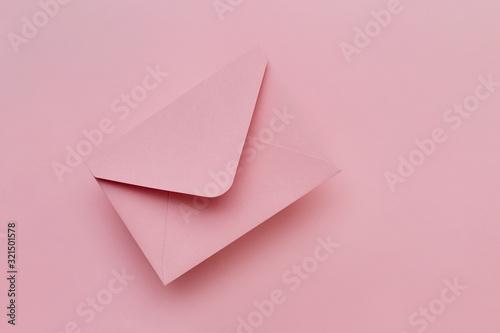 Fotografía Pink envelope on the pink background. Mail concept