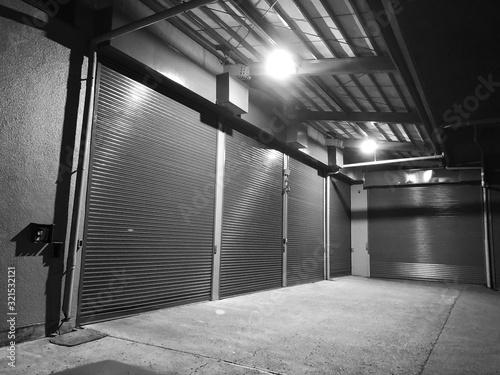 Cuadros en Lienzo シャッターを閉めた夜の倉庫
