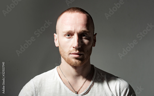 Photo Ginger red bearded unshaven brutal man isolated at dark gray background studio photo