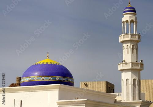 Blaue Kuppel und Minarett einer Moschee in Maskat Fototapete