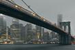 Puente Brooklyn de noche con luces amarillas y efecto seda
