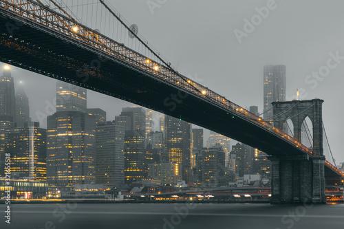 Photo Puente Brooklyn de noche con luces amarillas y efecto seda