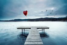 Einsames Rotes Herz Am Steg