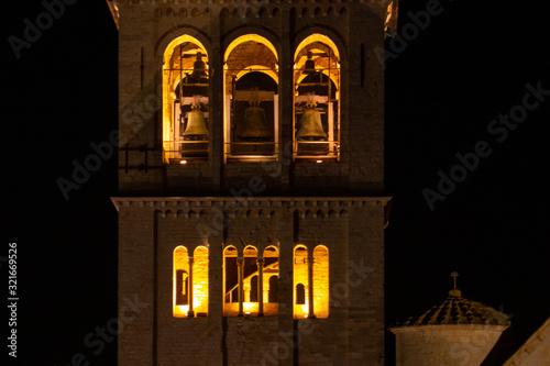 Photo La Basilica di San Francesco ad Assisi, Umbria, Italia, al tramonto