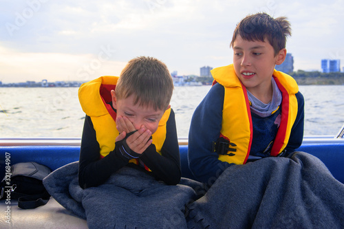 the child has seasickness on the boat. Fototapet