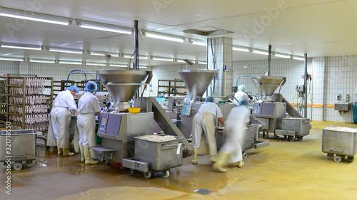 Foto Arbeiter in einer Fleischerei - Herstellung von Würsten in einer Fabrik für Lebe