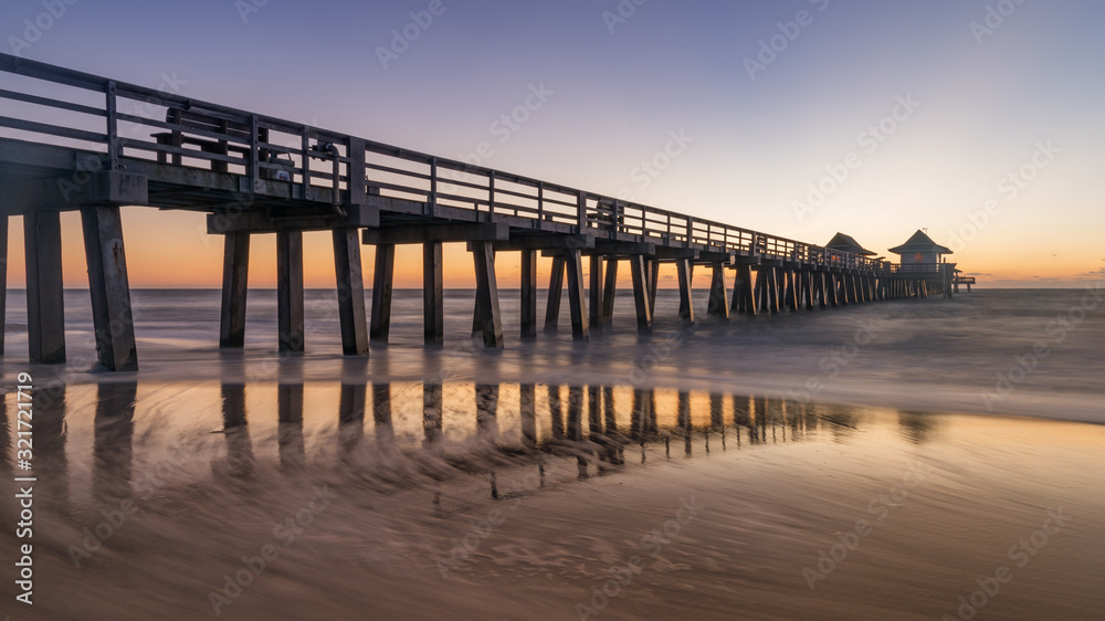 Fototapeta Old Naples pier, Florida, USA. Coastel dream with old and beauftiful architecture in Gulf of Mexico.