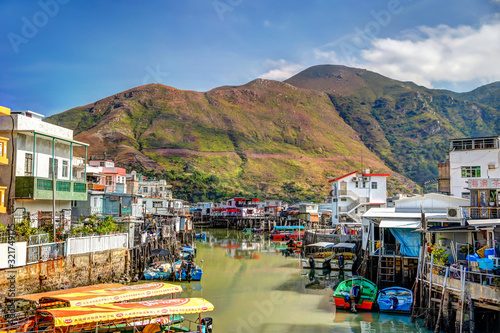 Fototapeta Homes and shops on stilts along the shores of Tai O fishing village on Lantau Island in Hong Kong