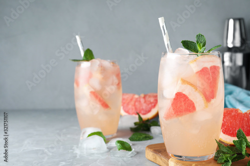 Fotografía Glasses of fresh cocktail with grapefruit on grey marble table