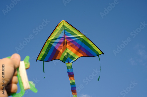Photo A man launches a kite in a summer park.