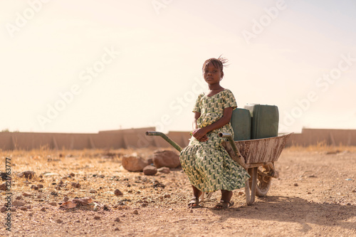 Photo Beautiful Native African Young Girl with Pure Water in a rural village