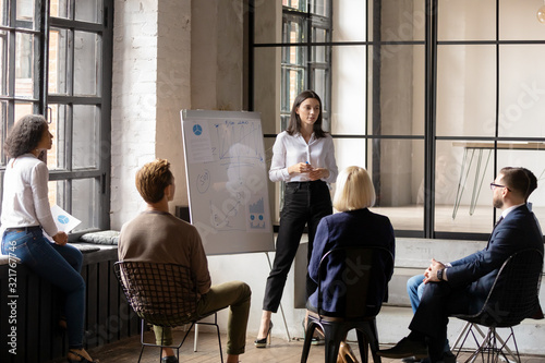 Photo Young confident female ceo make forecast financial report for staff