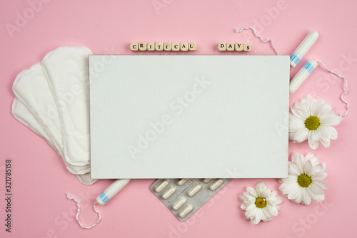 Photo Top view of menstrual pads, tampons, and pills for period pain on the pink background
